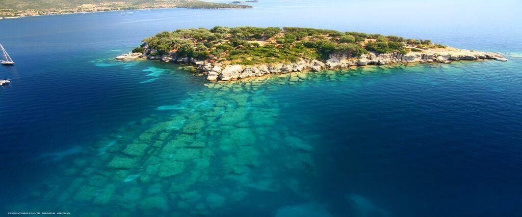 Μικρό νησάκι στα γαλαζοπράσινα νερά του Ιονίου